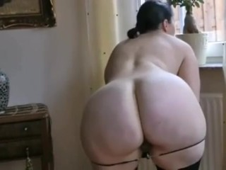 teasing;chubby;butt;old;mom;mother,Big Ass;Brunette;Mature;MILF;Striptease;Solo Female Женщина 40 лет в...